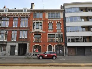 Vlakbij station Gent Sint-Pieters vindt u dit gerenoveerd appartement met kantoorruimte in een herenwoning. Ideaal indien u dicht bij uw werkplek wil