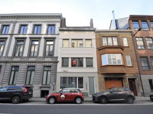 Dit luxueus appartement is gelegen vlakbij Sint-Anna en is als volgt ingedeeld: Lichtrijke leefruimte (volledig in parket), open keuken met toestellen