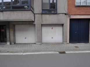 Gesloten garagebox gelegen aan de straat (uiterst rechtse garage).<br /> Afmetingen garage: 2m75 op 5m50<br /> Hoogte poort: 2m10. Onmiddellijk beschi