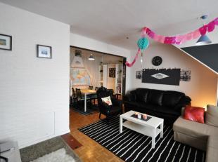 Dit appartement is gelegen op de vierde verdieping en bestaat uit inkomhal, gesloten keuken (gasvuur en oven), leefruimte, 2 slaapkamers, badkamer met