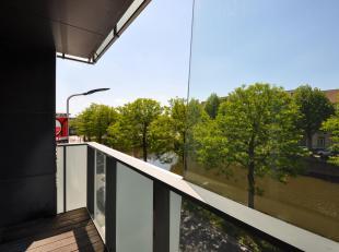 Dit twee-slaapkamerappartement op de tweede verdieping bestaat uit inkomhal met gastentoilet, lichtrijke living met terras die uitkijkt op het water,