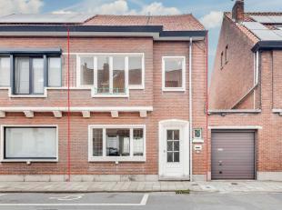 Deze te renoveren woning is als volgt ingedeeld ; inkomhal met berging onder de trap, living met zicht op de straat en tevens zicht op ruime koer. De