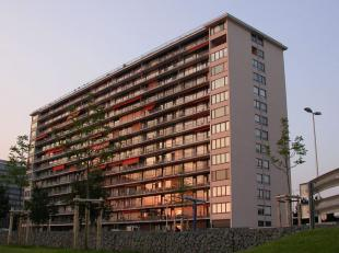 Nabij de op- en afritten E40/E17, de Gentse ring, verschillende winkels en het openbaar vervoer vindt u dit 3-slaapkamer-appartement op het 2de verdie