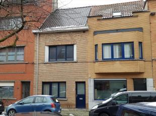 Deze woning wordt momenteel volledig gerenoveerd.<br /> Een ruime inkomhal leidt u naar de trap en de leefruimte.<br /> De leefruimte, eetplaats en in