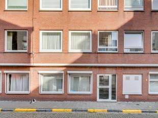 Dit 2 slaapkamer appartement bevindt zich op een rustige ligging nabij het historisch centrum, op slechts 500m van het Prinsenhof. Indeling: hal, livi