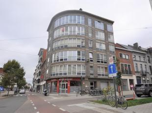 Dit appartement gelegen op de 4de verdieping beschikt over een inkomhal, ruime leefruimte, ingerichte keuken en een apart toilet. Verder beschikt het