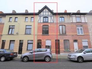 Deze woning bestaat op het gelijkvloers uit een inkomhal met apart toilet, een ruime berging, een moderne keuken voorzien van alle comfort, een zonnig