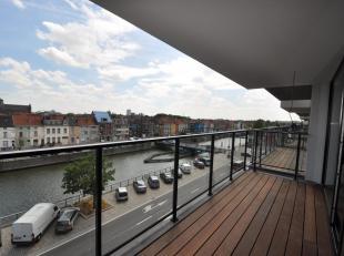Dit appartement ligt in het Tribecacomplex aan de Nieuwevaart. De flat ligt op de derde verdieping en heeft volgende indeling: inkom met vestiaire, ru