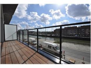 Dit appartement ligt in het Tribecacomplex aan de Nieuwevaart. De flat ligt op de eerste verdieping en heeft volgende indeling: inkom met vestiaire, r