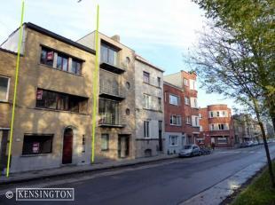 Rijwoning, gunstig gelegen met tuintje, 3 slaapkamers, 2 badkamers en kelder op amper 5 min te voet van het Sint-Pietersstation. Perceel : 170 m²