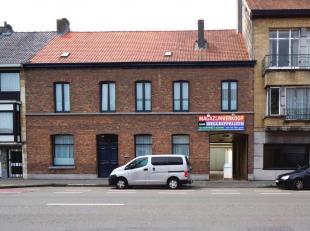 Magazijn van 500m² met binnenkoer bestaande uit een grote ruimte en een bureel, bereikbaar via een toegangspoort aan de straatzijde en gelegen la