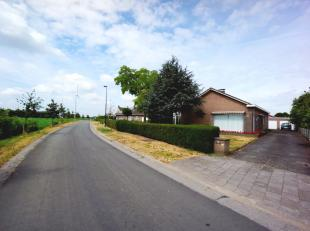 Degelijke en ruime alleenstaande laagbouwvilla met aangelegde tuin, 3 slaapkamers en een dubbele garage op een perceel van 729m², gelegen in een