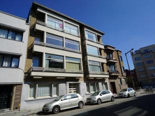 Dit instapklaar interbellum (gelijkvloers) appartement is residentieel gelegen omgeving Gent Sint-Pieters. Het werd zopas nieuw geschilderd en heeft e