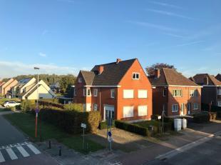 Deze opbrengsteigendom bestaat uit twee woonhuizen met privatieve tuin en twee garages.<br /> <br /> Het gebouw is gelegen nabij de dorpskern van Land