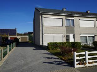 Residentieel gelegen gezinswoning met 3 slaapkamers, zonnige tuin en garage vlakbij het centrum van Wondelgem.<br /> <br /> Deze op te frissen woning