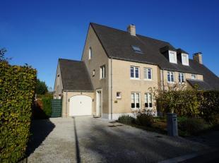 Deze grote landelijke en instapklare gezinswoning met 5 slaapkamers, 2 badkamers, tuin en garage is rustig gelegen in een heel residentiële en ve
