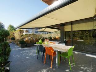 Dit ruime en recente appartement met 2 slaapkamers, overdekte autostandplaats, groot privatief zonnig terras en tuin (samen liefst 90m²), is gele
