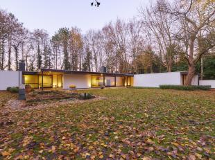 Deze uitzonderlijke villa in innoverende en uitgesproken architectuur met grote glaspartijen van het geprezen architectencollectief Konstrukto, biedt