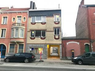 Deze opbrengsteigendom bestaat uit drie appartementen en is gelegen aan de Land Van Waaslaan, met vlotte verbinding naar Gent centrum, oprit autostrad