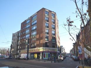 Goed onderhouden appartement op de eerste verdieping met 2 slaapkamers, uitgevend in de zijstraat van de Brusselsesteenweg.<br /> Het appartement ligt