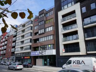 Dit grote appartement met drie slaapkamers en overdekte autostandplaats, bevindt zich op wandelafstand van zowel de Gentse binnenstad als het Sint-Pie