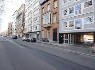 Garagebox voor één wagen met nieuwe poort gelegen aan het het parkeercomplex Oude Fortweg met een in- en uitrit aan Fortlaan en Kortrijk