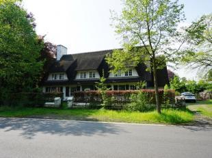 Deze grote landelijke villa in traditionele bouwstijl werd opgericht op een Zuidgericht perceel van 1.281 m² en werd deels gerenoveerd in 2008. D