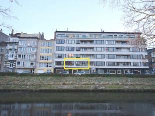 Instapklaar en charmant appartement op de eerste verdieping met 1 slaapkamer en aangenaam terras met frontaal zicht op de Leie en verrezicht. Inclusie
