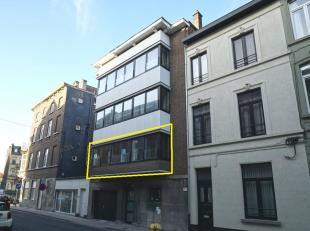 Centraal gelegen recent appartement op een eerste verdieping.  Dit appartement heeft oa een ingerichte keuken, een terras van +/ 8 m², 2 slaapkam
