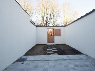 Duurzaam en kwaliteitsvol zopas gerenoveerde gezinswoning met drie slaapkamers en tuin, gelegen in een rustige en heel bereikbare woonomgeving. De tui