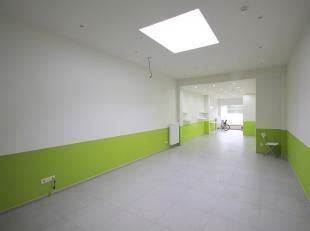 Ruim handelspand bestaande uit kantooruimte , apart toilet, keuken , kelder te gebruiken als opbergruimte en badkamer met douche en toilet.Het handels
