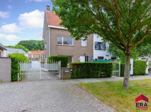 De halfopen bebouwing situeert zich in een rustige en kindvriendelijke brede laan met bomen te Gentbrugge, vlakbij de Gentbrugse Meersen, een school,