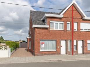 Deze halfopen bebouwing is gelegen in een doodlopende straat dichtbij het levendige centrum van Ertvelde met vlotte verbinding naar de R4.De woning be