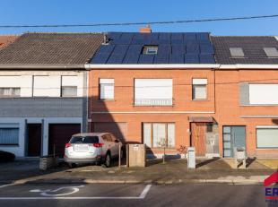 Deze woning ruime, stevige woning omvat een inkom, een ruime woonkamer, een woonkeuken, een berging, een wasplaats, een gastentoilet en een inpandige