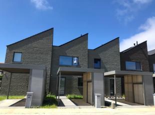 Moderne nieuwbouwwoning met zonnepanelen!! (bijna-energieneutraal) De woning beschikt op de gelijkvloers over een inkom, living, ingerichte keuken met