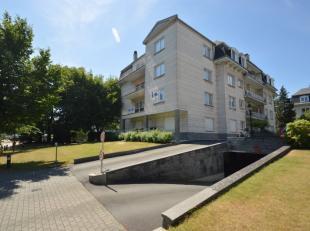 Ruim & gunstig gelegen villa-appartement met terras. Het appartement is omgeven door een prachtige tuin. De ruime leefruimte is voorzien van een v