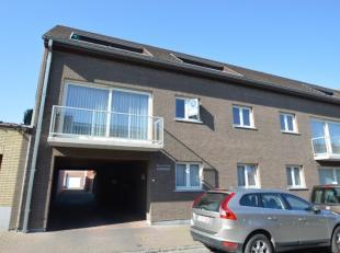 INSTAPKLAAR 2 SLPK-APPARTEMENT MET GARAGE - NABIJ HET CENTRUM - INDELING: Inkom met vestiaire, gastentoilet, leefruimte met balkon, ingerichte keuken