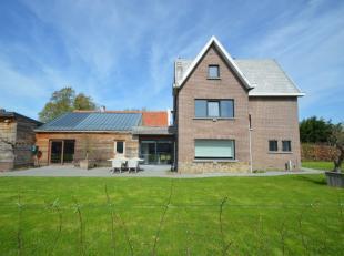 Leuke gerenoveerde woning op een perceel van 1.510 m². De woning bestaat uit een inkom, leefruimte met haard, ingerichte moderne keuken, 4 slaapk