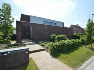 Deze mooie villa is gelegen in een residentiële doodlopende staat. De woning bestaat uit een inkom, ruime leefruimte met bureau, ingerichte keuke