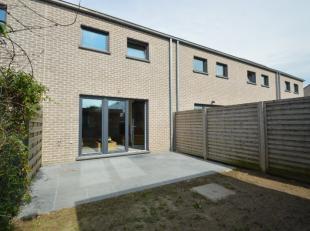 Deze mooie recente woning is gelegen in een rustige nieuwe verkaveling. De woning omvat een inkom met gastentoilet, leefruimte met open ingerichte keu