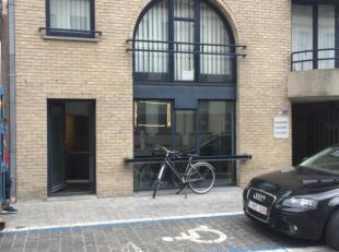 Mooie kantoor/winkelruimte (154 m²) gelegen recht tegenover de parking van de Keizershallen en de handelsschool. Deze eigendom werd in 2016 volle