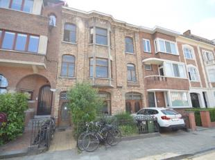 Dit leuk appartement is gelegen in 1 van de mooiste straten van gent. Het appartement is gelegen tussen het UZ en het Sint-Pietersstation. Indeling: l