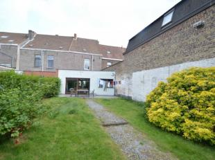 Deze instapklare woning is gelegen in een rustige straat nabij station Sint-Pieters en UZ. Deze woning bestaat uit een inkom, ruime leefruimte, ingeri