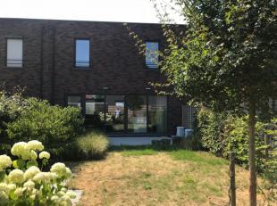 Deze woning is gelegen in een rustige verkaveling en beschikt op de gelijkvloers over een inkom met gastentoilet, ruime leefruimte met open ingerichte