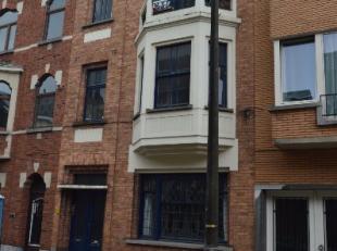 Dit ruim instapklaar appartement is gelegen aan het De Smet de Naeyerpark. Op wandelafstand van het Sint-Pieters station. Het appartement beschikt ove