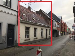 Bestaande dorpswoning (gekend als eigendom van de molenaarsfamilie Mariman, ingericht als voormalige bakkerij) op een opp. 3 are 80 ca met achterligge