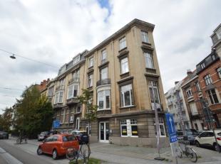 Goed gelegen charmant appartement nabij station Sint-Pieters. Het appartement bestaat uit een inkom, leuke leefruimte met veel lichtinval, keuken (keu