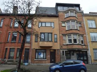 Deze prachtige woning is gelegen tussen het UZ en het Sint-Pieters station. Op wandelafstand van het De Smet de Naeyerpark. De woning bestaat uit een