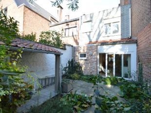 Deze instapklare woning is gelegen op 300 meter van het De Smet-De Naeyerpark - tussen UZ en Sint-Pietersstation. De woning bestaat uit een inkom, rui