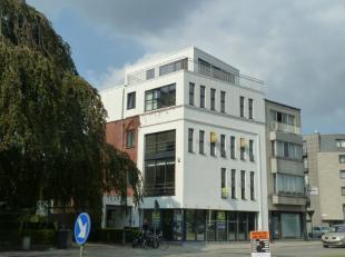 Dit moderne gebouw bestaat uit 3 kantoren (107 m², 94 m² en 138 m²) 1 tweeslaapkamer-appartement (94 m²), 7 bovengrondse parkeerpl